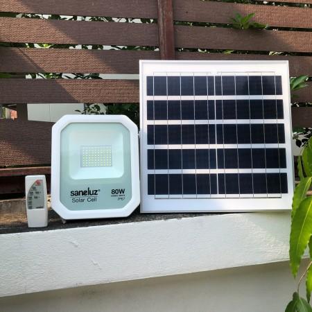 [ ชุด 1 โคม ] โคมสปอตไลท์ LED โซล่าเซลล์ พร้อมชุดรีโมท 80W ( รุ่น MODEL WHITE ) แสงสีขาว Daylight 6500K